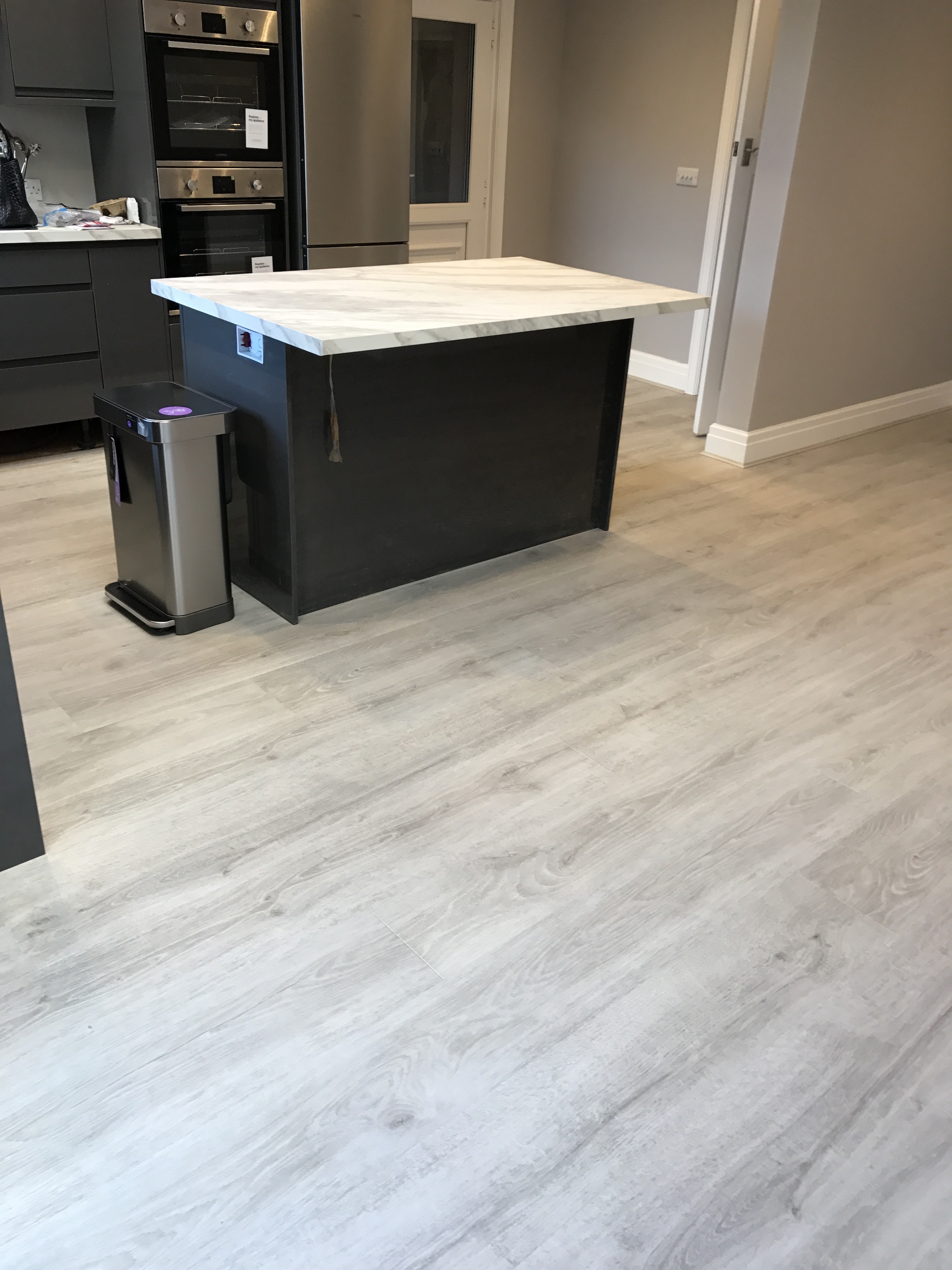 Quick-Step Majestic waterproof laminate MJ3547 in woodland oak light grey